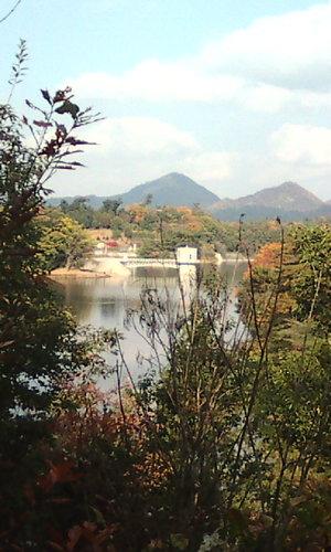 紅葉を映した満濃池